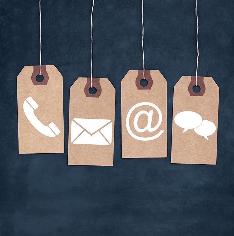 Cztery zawieszki przedstawiające telefon kopertę znak małpy i chmurek