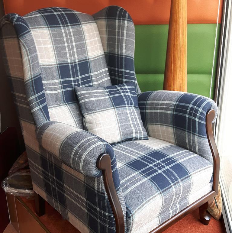 Niebiesko-białe wygodne krzesło w kratkę
