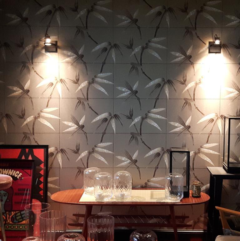 Szara tapeta z egzotycznym wzorem w klimatycznie oświetlonym pokoju