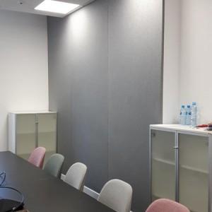 w biurze zastosowanie panelu akustycznego
