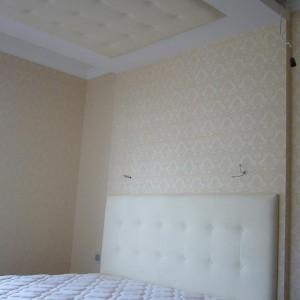 montaż paneli w sypialni