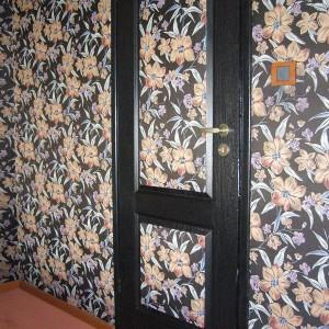 tapeta w kwiaty na ścianie
