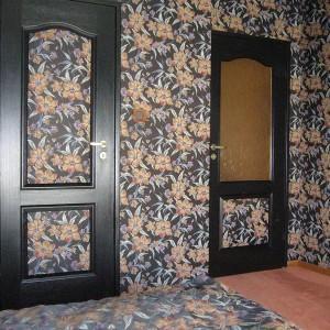 tapicerowana ściana w kwiaty