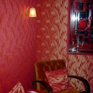 tapetowanie ścian czerwoną tapetą