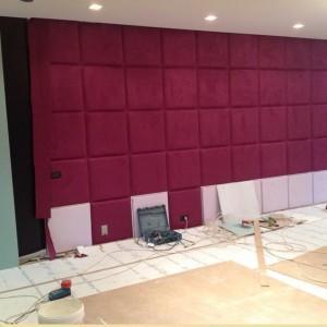 ściana z panelami akustycznymi