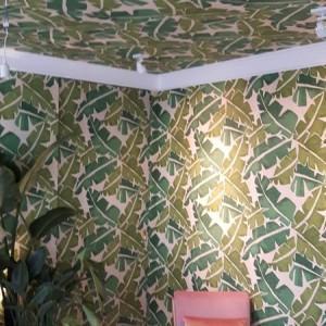 ściana w tapecie liście
