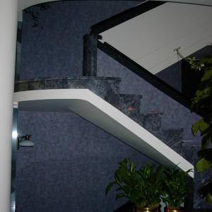 ściana przy schodach