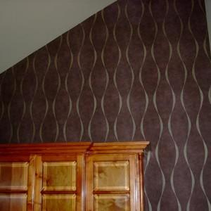 ciemna tapeta na ścianie