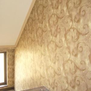 prace nad tapetowaniem ścian