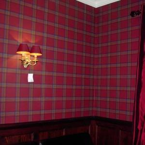 z wzorem czerwona tapeta na ścianie