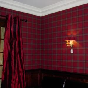 czerwona tapeta na ścianie z wzorem