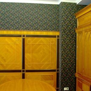 montowanie tapety na ścianie