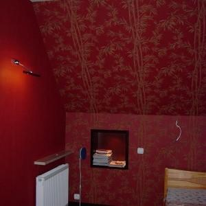 czerwona tapeta z ornamentami